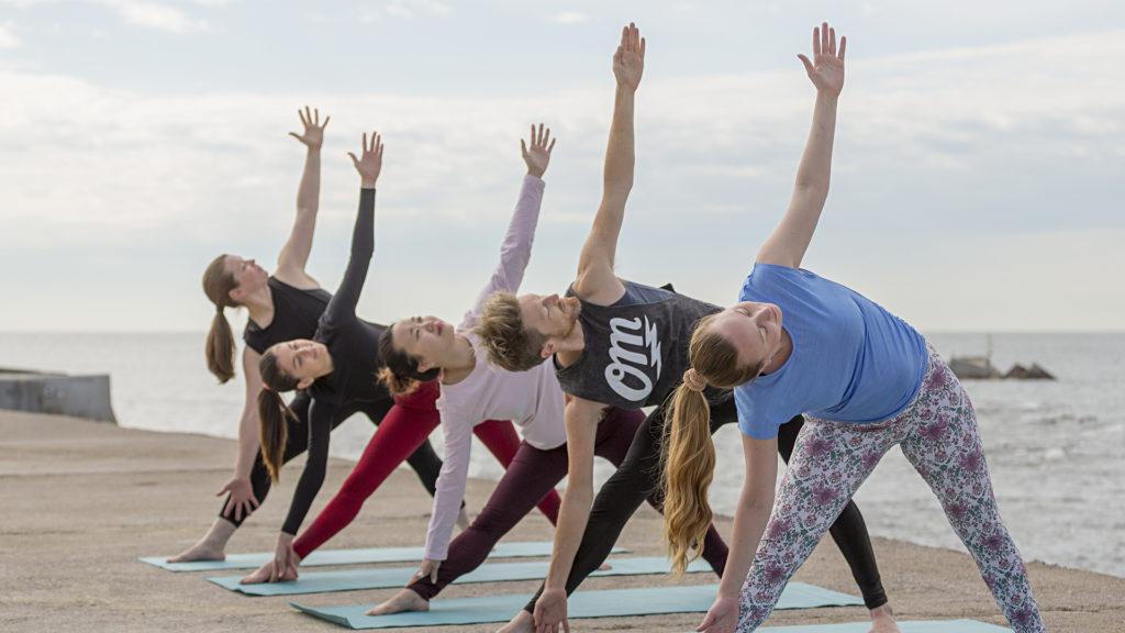 Grupo haciendo yoga al aire libre