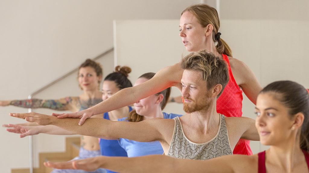 Grupo haciendo yoga