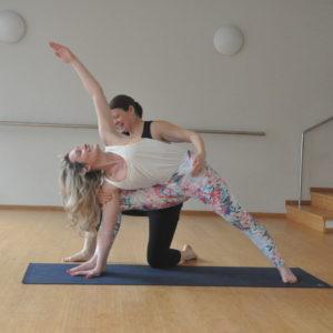 Imagen de dos chicas haciendo yoga